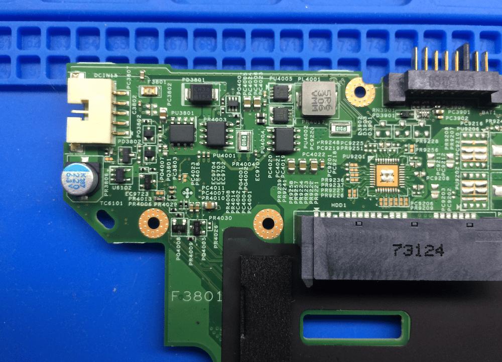 Фото расположения деталей входной цепи питания 19 вольт 55.4XB01.001 Lenovo B590