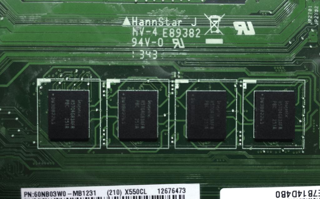 Распаянная память Hynix на ноутбуке Asus X550CL со стороны тачпада