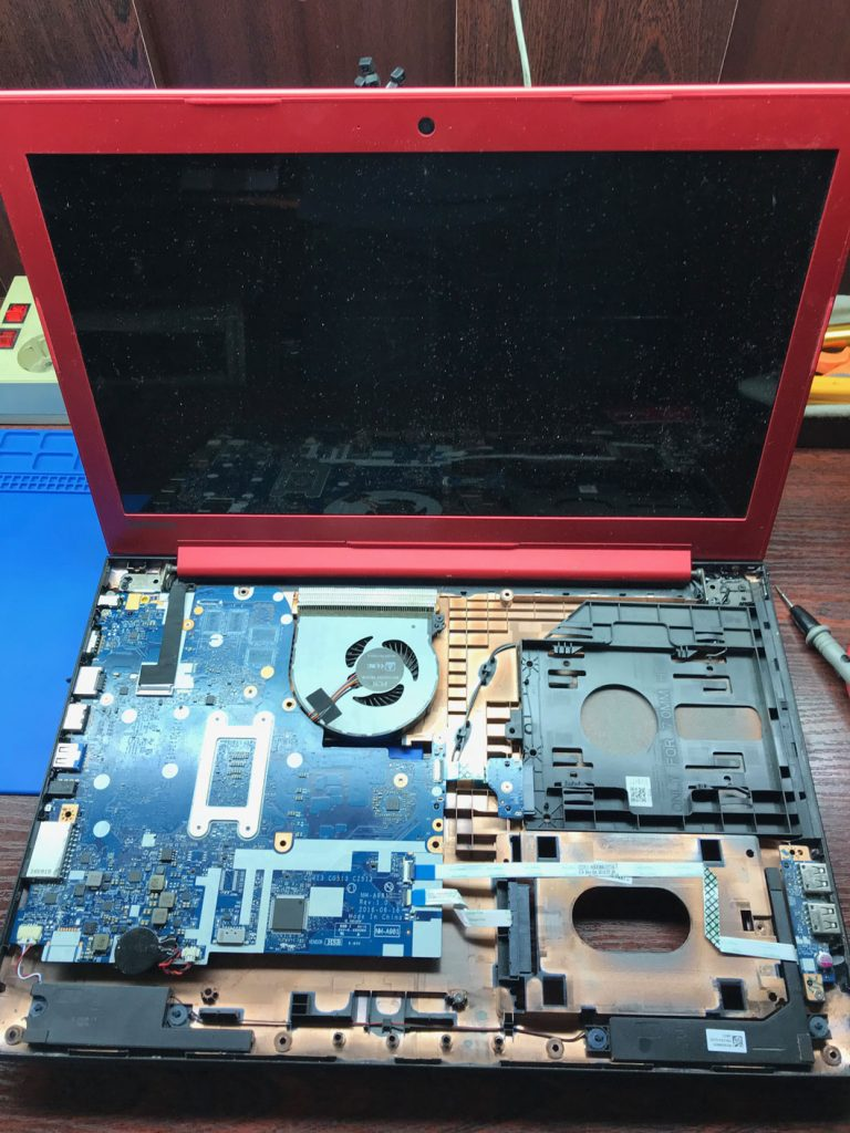 Ноутбук Lenovo 310-15IKB в разобранном виде до ремонта