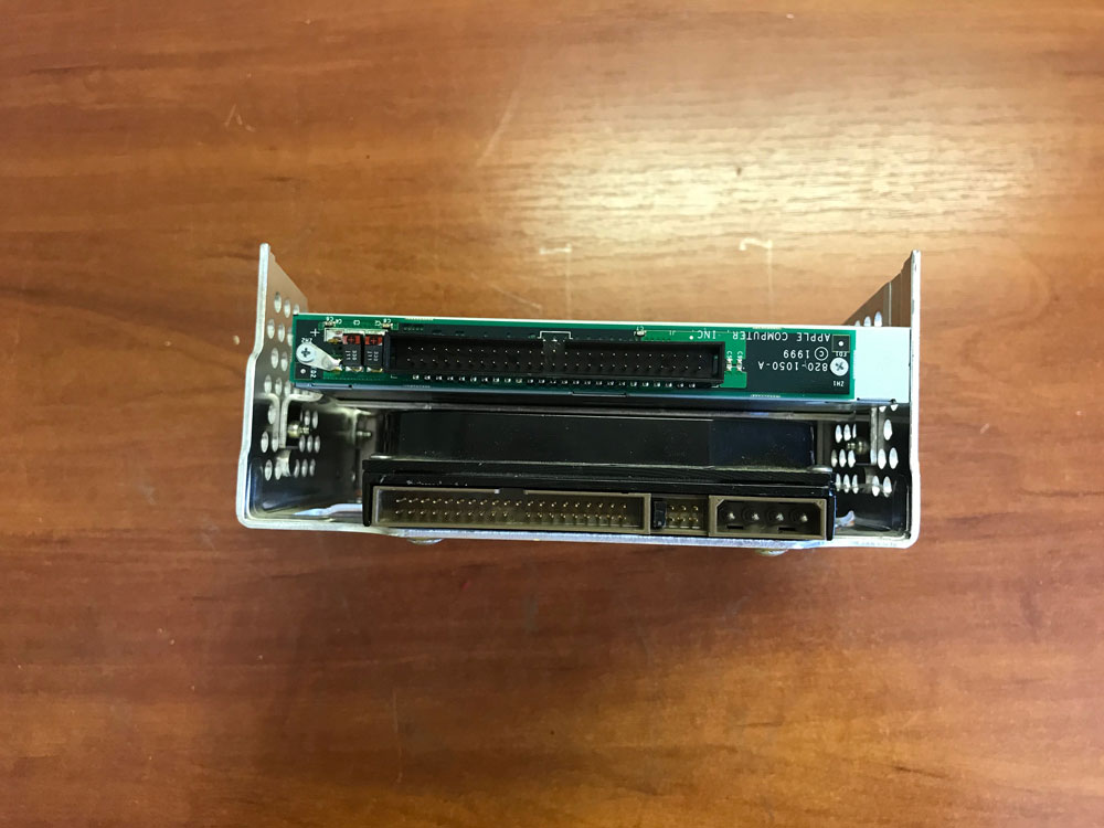 Вид сзади корзины  где установлен жесткий диск и CD привод компьютера IMac G3