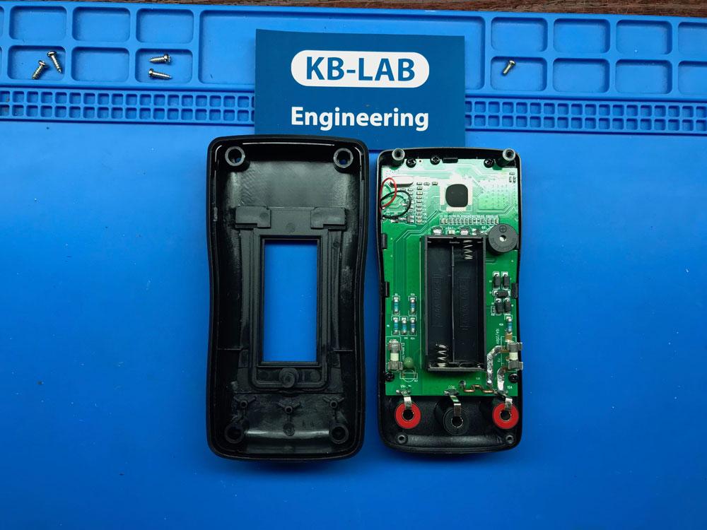 Отсек под батарейки в мультиметре SIDE ZT102A